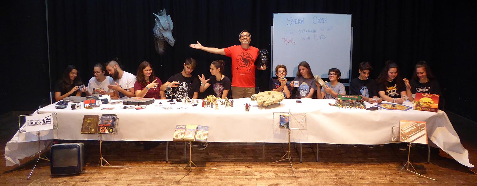 13 personas recreando las posiciones como en el cuadro la Última Cena