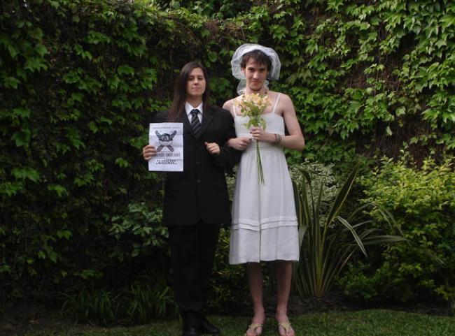 69. un hombre vestido de traje de novia y una mujer de novio. juntos.