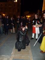 9 - Yari arrodillándose ante el Rey